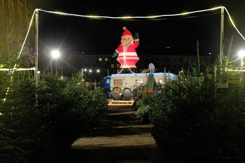 MUNICH, GERMANY - DECEMBER 15:  An effigy of Santa Claus greets shoppers at an open-air Christmas tree market on December 15, 2017 in Munich, Germany. Temporary outdoor Christmas tree shops are a common sight across Germany in the weeks before Christmas.   (Photo by Sean Gallup/Getty Images)