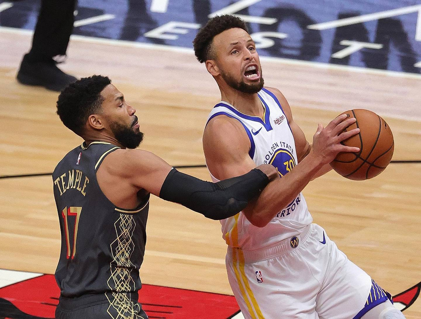 CHICAGO, ILLINOIS - DECEMBER 27: Stephen Curry #30 of the Golden State Warriors is fouled by Garrett Temple #17 of the Chicago Bulls at the United Center on December 27, 2020 in Chicago, Illinois. The Warriors defeated the Bulls 129-128. NOTE TO USER: User expressly acknowledges and agrees that, by downloading and or using this photograph, User is consenting to the terms and conditions of the Getty Images License Agreement.   Jonathan Daniel/Getty Images/AFP == FOR NEWSPAPERS, INTERNET, TELCOS & TELEVISION USE ONLY ==