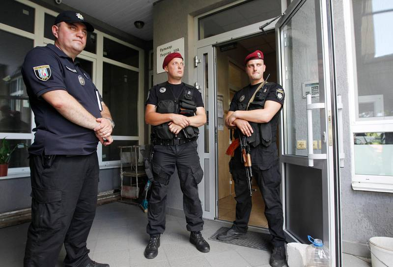 epa07658122 Ukrainian policemen guard entrance to the home of Ukrainian lawmaker Dmytro Tymchuk in Kiev, Ukraine, 19 June 2019. Police say Ukrainian lawmaker Dmytro Tymchuk could be assassinated, the investigation put forward a number of versions: an accident, careless handling of a weapon, as well as versions of a criminal nature, as local media reported.  EPA/STEPAN FRANKO  ATTENTION: This Image is part of a PHOTO SET