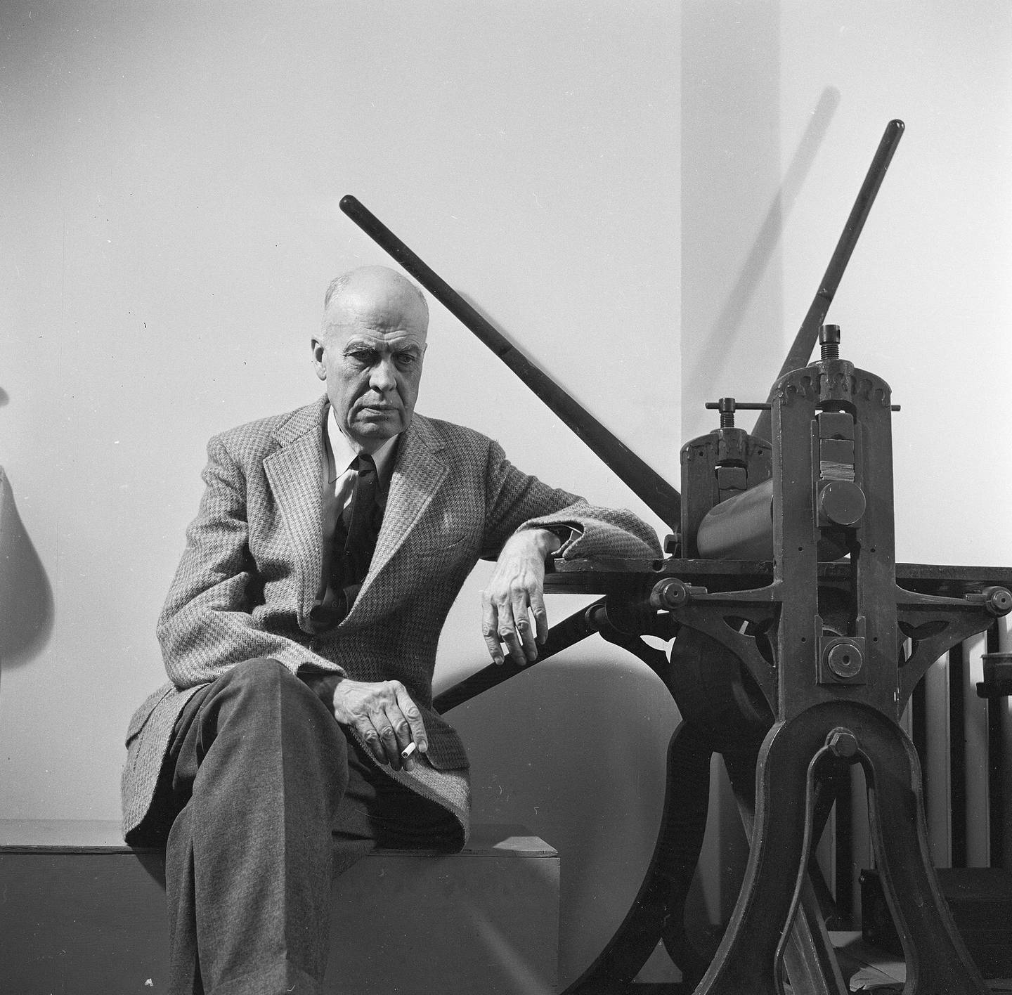 circa 1955:  American realist painter, Edward Hopper (1882-1967) sitting by a manual printing press in his Greenwich Village studio.  (Photo by Three Lions/Getty Images)