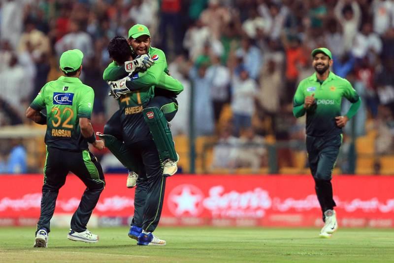Pakistan's captain Sarfraz Ahmed (3rdL) celebrates with Faheem Ashraf during the second T20 cricket match between Sri Lanka and Pakistan at the Sheikh Zayed Stadium in Abu Dhabi on October 27, 2017. / AFP PHOTO / NEZAR BALOUT