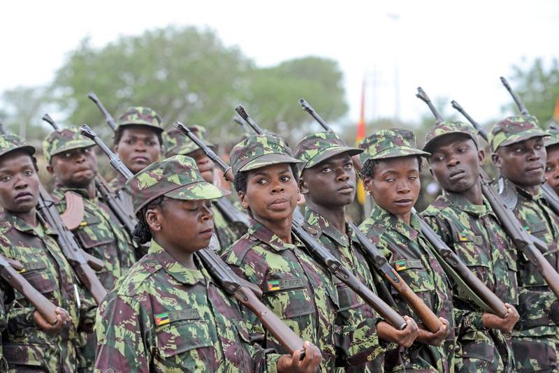 epa07981697 Mozambican soldiers executing general exercices during the Sergeants graduation ceremony at the Armed Forces Sergeants School in Boane, Mozambique, 08 November 2019.  EPA-EFE/ANTONIO SILVA *** Local Caption *** 55611392