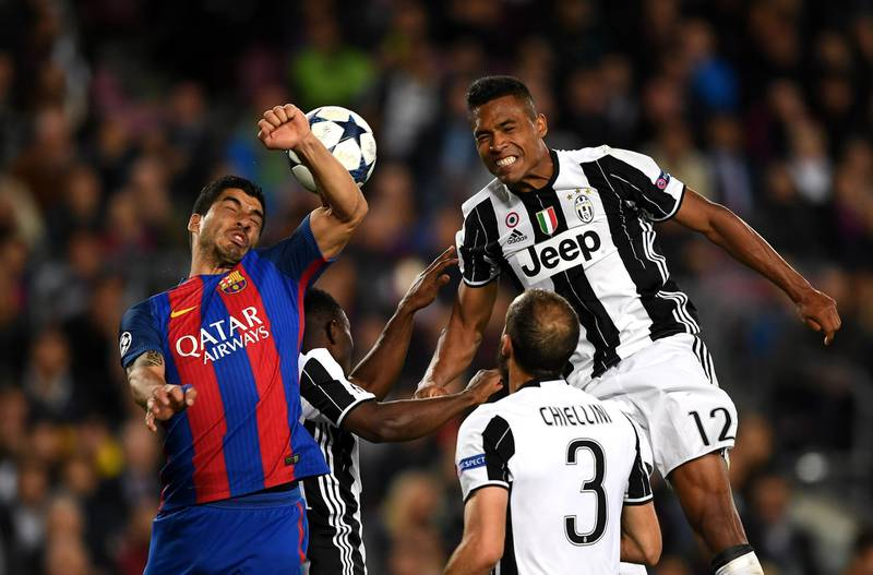 BARCELONA, SPAIN - APRIL 19: Luis Suarez of Barcelona and Alex Sandro of Juventus both attempt to win a header during the UEFA Champions League Quarter Final second leg match between FC Barcelona and Juventus at Camp Nou on April 19, 2017 in Barcelona, Spain.  (Photo by Shaun Botterill/Getty Images)