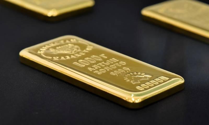 FILE PHOTO: A 1000 gram gold bar is seen at the Kazakhstan's National Bank vault in Almaty, Kazakhstan September 15, 2017. REUTERS/Mariya Gordeyeva/File Photo
