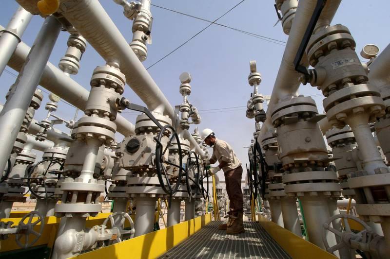 FILE PHOTO: A worker adjusts a valve of an oil pipe in Zubair oilfield in Basra, Iraq July 20, 2017. REUTERS/Essam Al-Sudani/File Photo