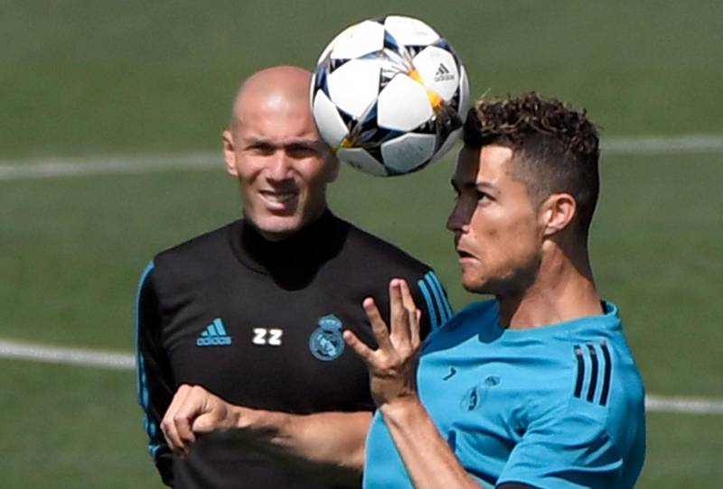 Real Madrid's Portuguese forward Cristiano Ronaldo (R) and Real Madrid's French coach Zinedine Zidane attend a training session during Real Madrid's Media Open Day ahead of their UEFA Champions league final footbal match against Liverpool FC, in Madrid on May 22, 2018. / AFP / GABRIEL BOUYS