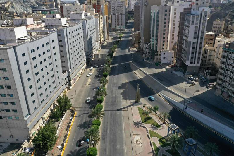An aerial view shows deserted streets in the Saudi holy city of Mecca on April 8, 2020, during the novel coronavirus pandemic crisis.  / AFP / BANDAR ALDANDANI