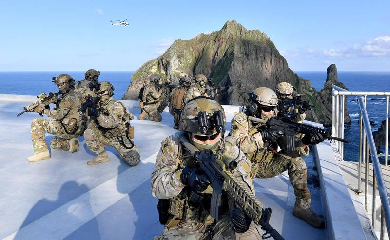 Members of South Korean Naval Special Warfare Group take part in a military exercise in remote islands called Dokdo in Korean and Takeshima in Japanese, South Korea, August 25, 2019.   South Korean Navy/Yonhap via REUTERS   ATTENTION EDITORS - THIS IMAGE HAS BEEN SUPPLIED BY A THIRD PARTY. SOUTH KOREA OUT. NO RESALES. NO ARCHIVE.