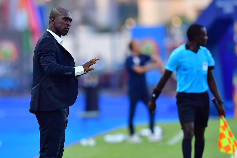 Cameroon's coach Clarence Seedorf (L) speaks to his players during the 2019 Africa Cup of Nations (CAN) Round of 16 football match between Nigeria and Cameroon at the Alexandria Stadium in the Egyptian city on July 6, 2019.  / AFP / Giuseppe CACACE