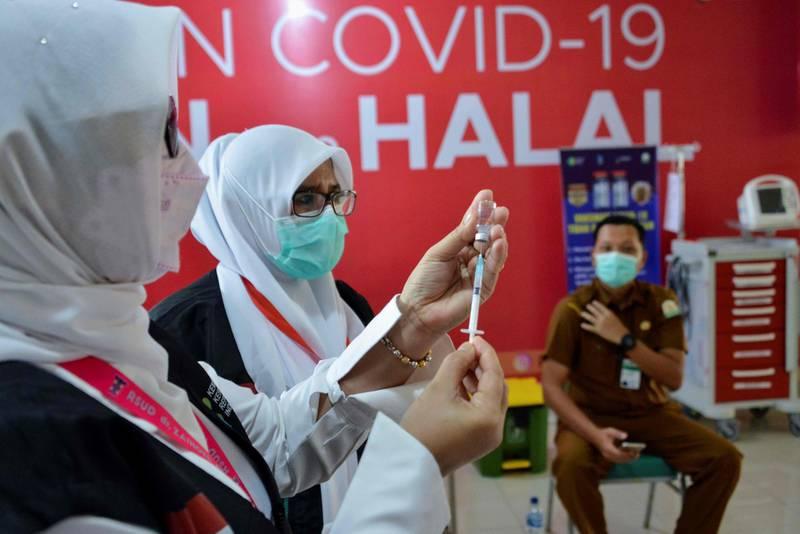 A health worker prepares to administers the Sinovac vaccine against the Covid-19 coronavirus at Zainoel Abidin Hospital in Banda Aceh on January 25, 2021. / AFP / CHAIDEER MAHYUDDIN