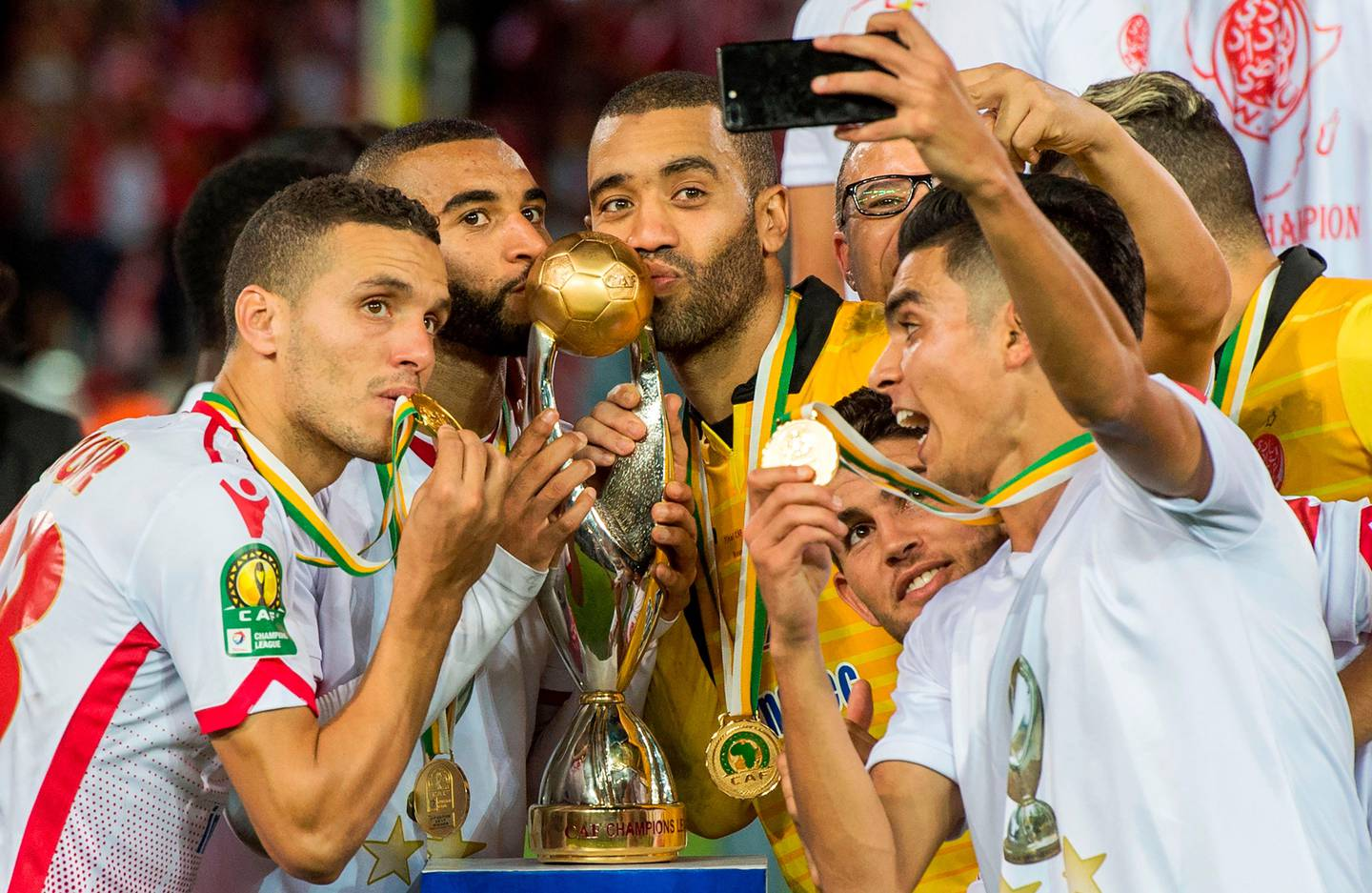 Wydad Casablanca's players celebrate with their trophy after winning the CAF Champions League final football match between Egypt's Al-Ahly and Morocco's Wydad Casablanca on November 4, 2017, at Mohamed V Stadium in Casablanca.  / AFP PHOTO / FADEL SENNA