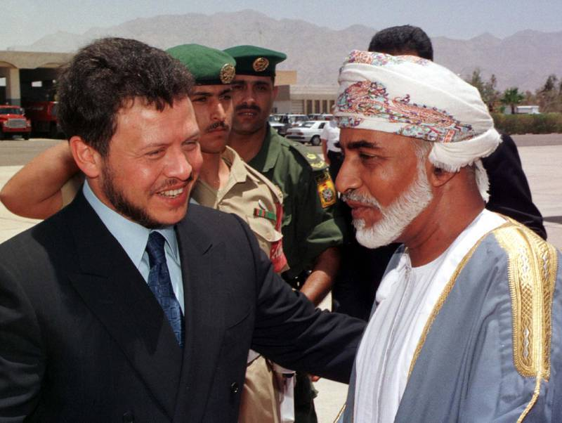 Jordan's King Abdullah (L) welcomes Sultan Qaboos of Oman on his arrival at Aqaba airport June 7. Sultan Qaboos arrived in Jordan on Monday as part of an Arab and European tour to discuss the latest developments in the Middle East peace process.  AJ