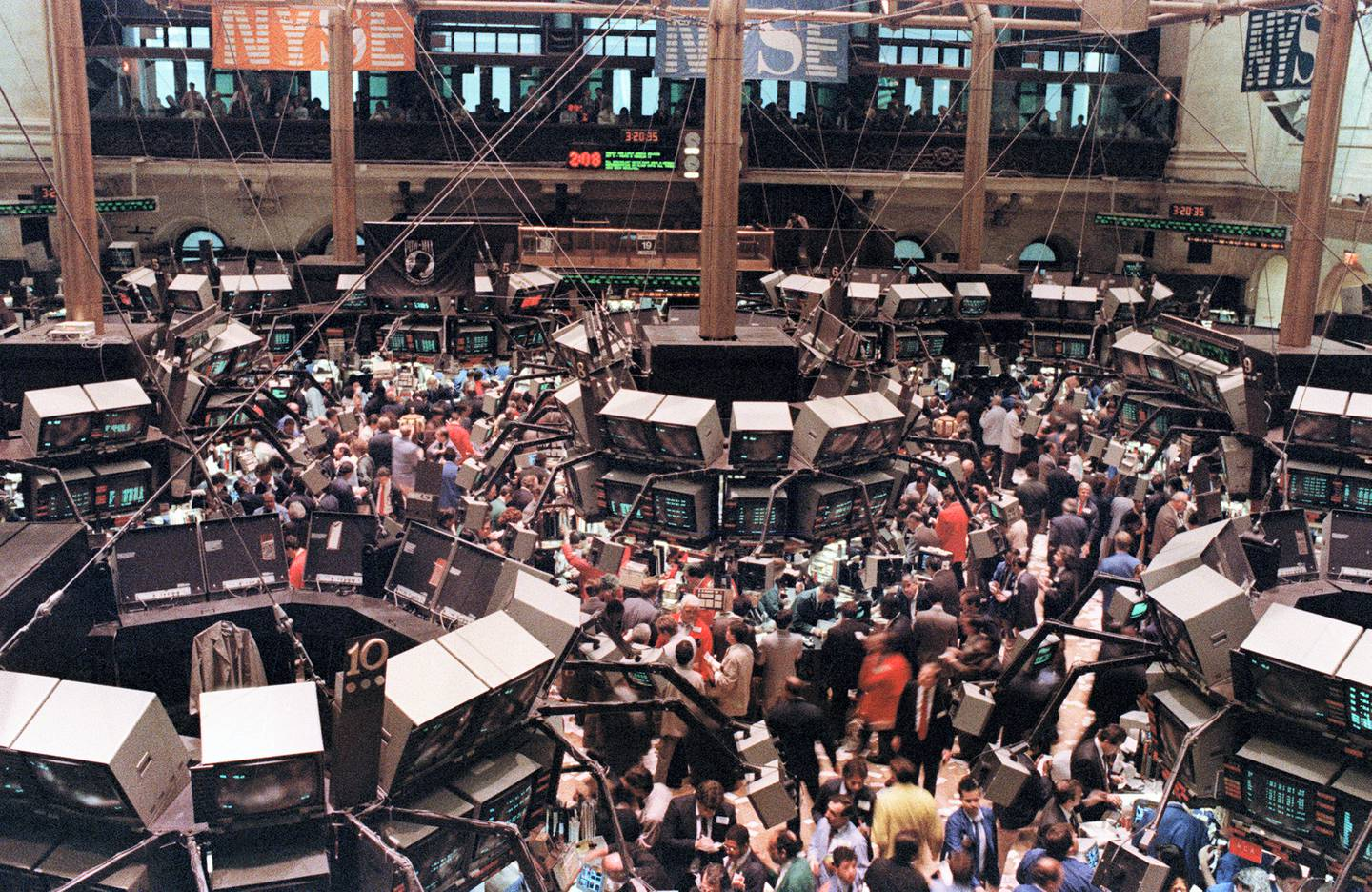 View of the floor of the New-York Stock Exchange where the Dow Jones dropped over 500 points, 19 October 1987, as stocks were devastated during one of the most frantic days in the exchange's history. / AFP PHOTO / MARIA BASTONE