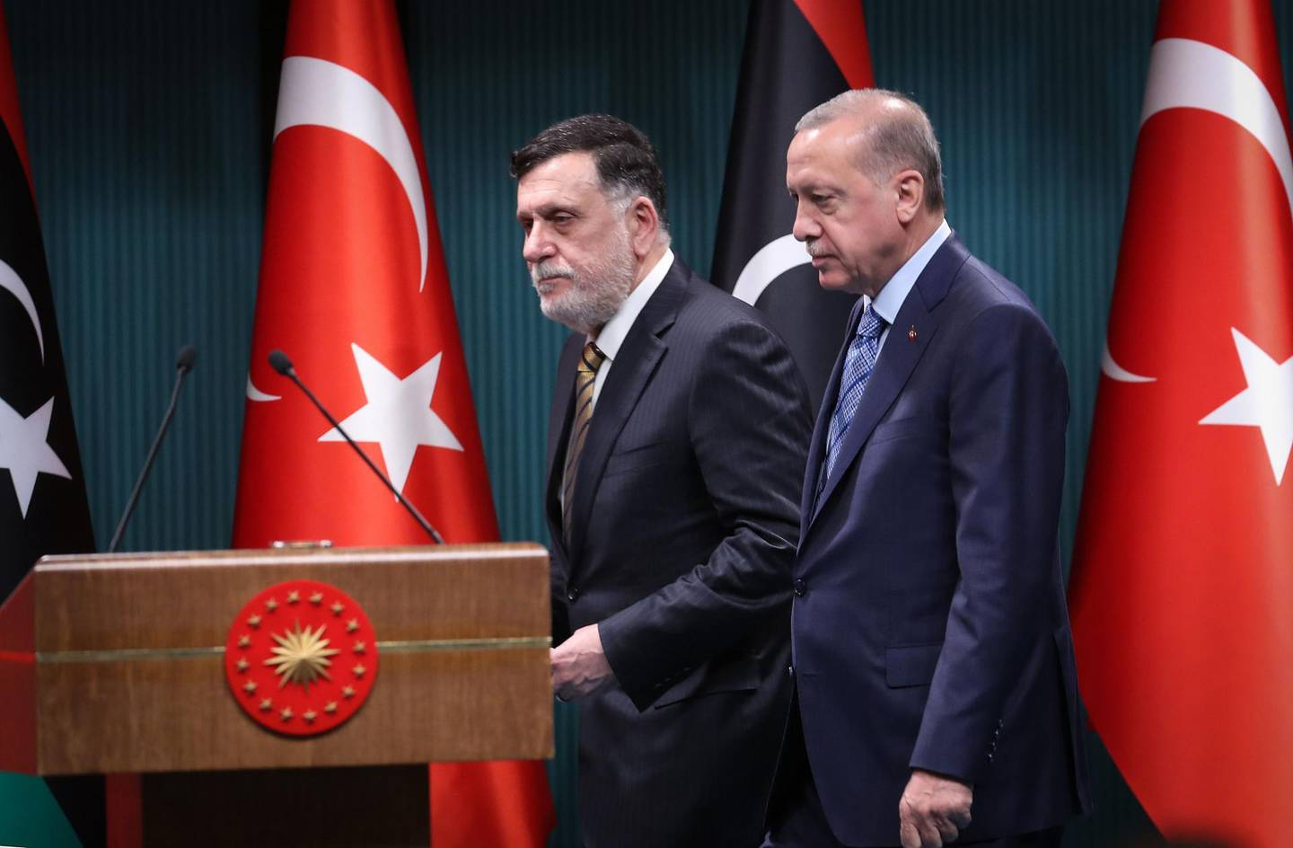 Turkish President Recep Tayyip Erdogan (R) and Libyan Prime Minister Fayez al-Sarraj (L) arrive for a joint press conference at the Presidential Complex in Ankara on June 4, 2020.   / AFP / Adem ALTAN