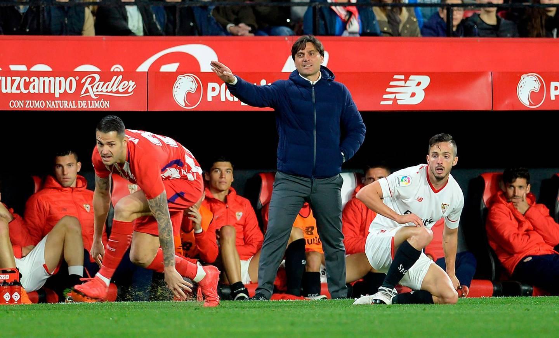 Sevilla's Italian coach Vincenzo Montella (C) reacts during the Spanish league football match between Sevilla FC and Club Atletico de Madrid at the Ramon Sanchez Pizjuan stadium in Sevilla on February 25, 2018. Club Atletico de Madrid won 2-5. / AFP PHOTO / Cristina Quicler