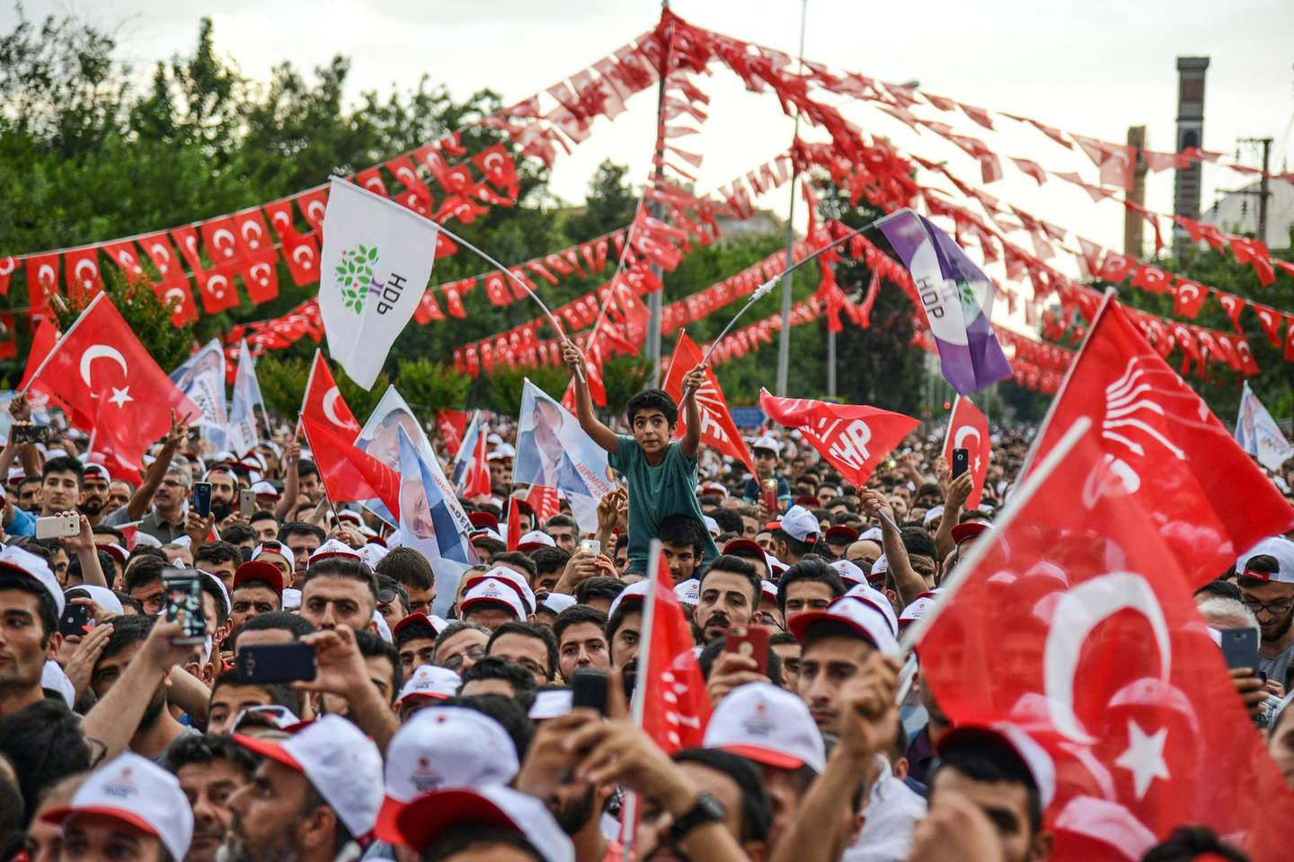 TOPSHOT - People attend a campaign meeting of Presidential candidate of Turkey's main opposition Republican People's Party (CHP), Muharrem Ince (unseen) in Diyarbakir on June 11, 2018, ahead of the Turkish presidential and parliamentary elections which will be held on June 24, 2018.  / AFP / ILYAS AKENGIN