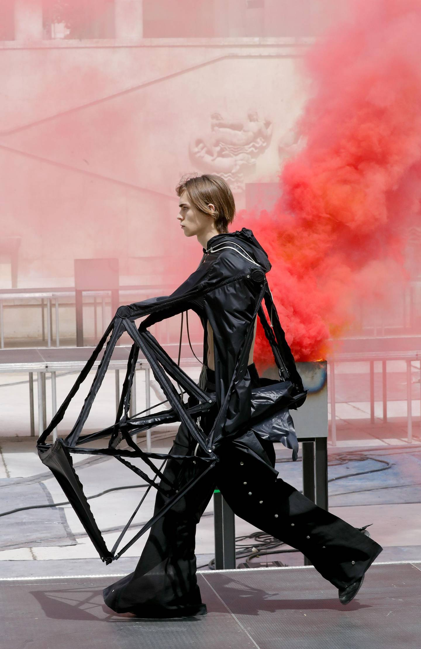 A model presents a creation by Rick Owens, during the men's spring/summer 2019 collection fashion show on June 21, 2018 in Paris.  / AFP / FRANCOIS GUILLOT