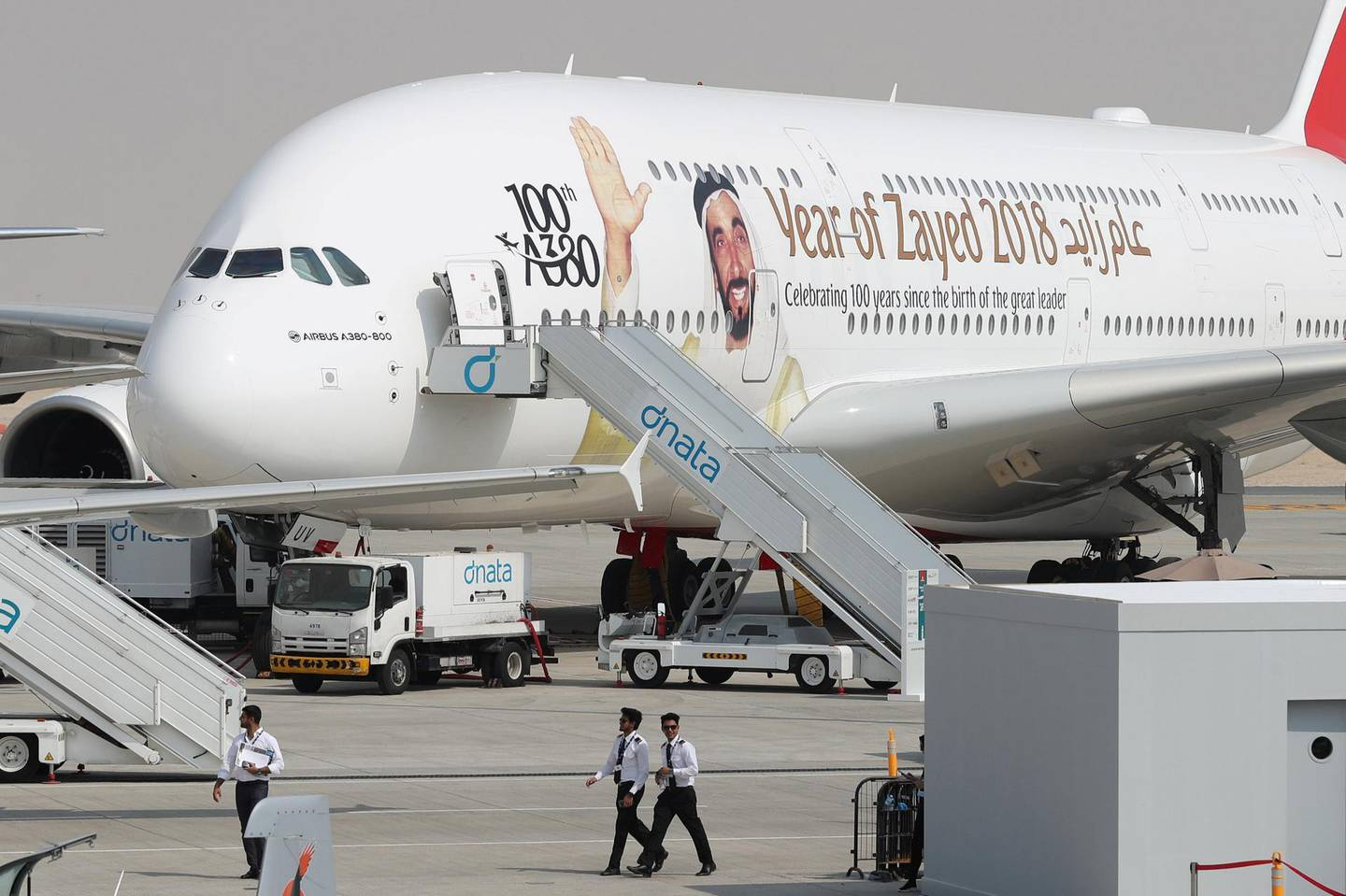 A picture shows an Airbus A380 of Emirates bearing the portrait of late UAE's founder and late president Sheikh Zayed bin Sultan al-Nahayan during the Dubai Airshow on November 12, 2017, in the United Arab Emirates.  / AFP PHOTO / KARIM SAHIB