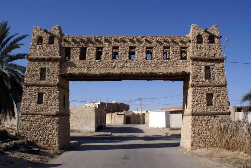 KY3A1E Gate on the road to ruins of old Kebili, Tunisia. Alamy