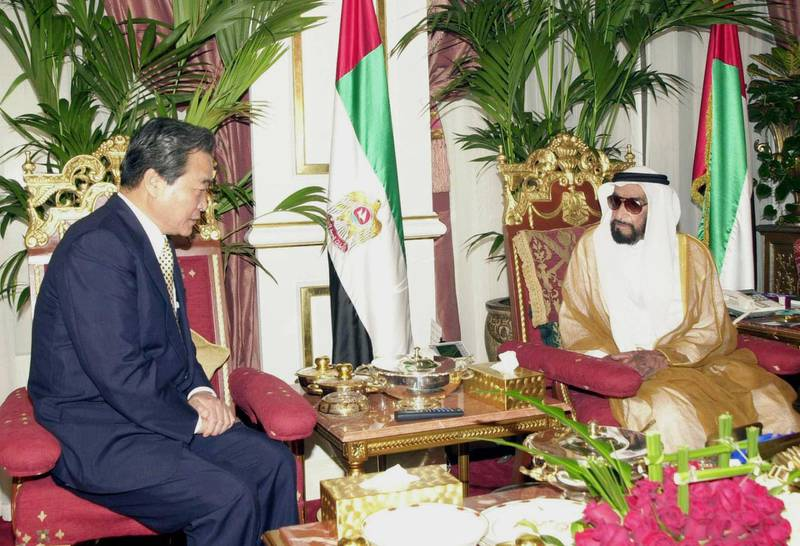 Emirati President Zayed bin Sultan al-Nahayan (R) meets with South Korean Prime Minister Lee Han-Dong in Abu Dhabi 13 May 2001, as part of the Asian leader's Gulf tour aimed at increasing trade and boosting relations with his country.   / AFP PHOTO / WAM
