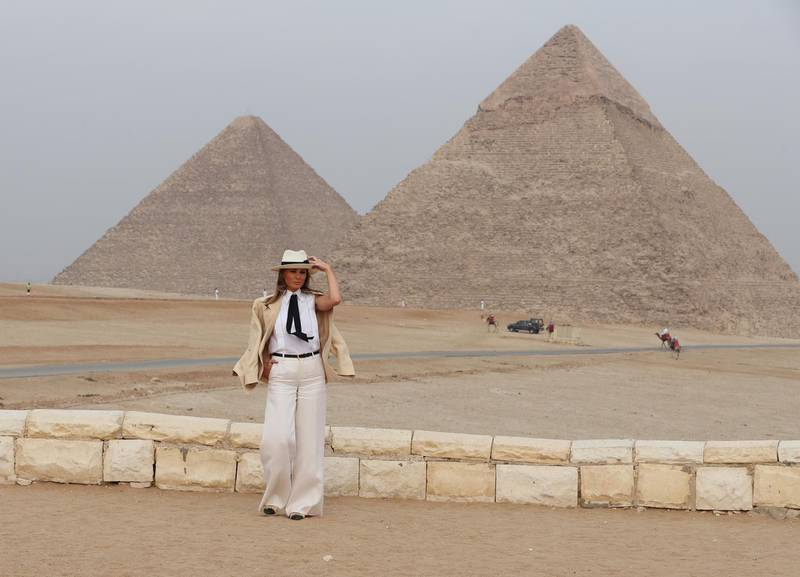epa07150002 YEARENDER OCTOBER 2018 US First Lady Melania Trump visits Giza Pyramids in Giza, Egypt, 06 October 2018. This was the first major solo international trip for the US First Lady, which took her to Ghana, Malawi, Kenya and Egypt.  EPA-EFE/KHALED ELFIQI