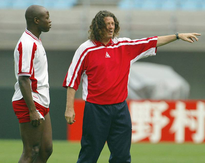 Senegal national soccer team coach French Bruno Metsu (R) talks with veteran player Amara Traore 21 June 2002 during an official training session at Osaka's Nagai Stadium.  Senegal will make football history if they can beat Turkey in what promises to be a bitterly fought World Cup quarter-final here 22 June. AFP PHOTO - PATRICK HERTZOG / AFP PHOTO / PATRICK HERTZOG