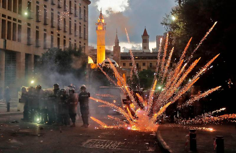 Lebanese security forces clash with protesters near the parliament in central Beirut on August 10, 2020 following a huge chemical explosion that devastated large parts of the Lebanese capital.  / AFP / JOSEPH EID