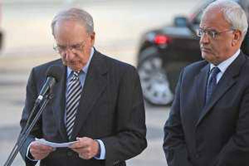 epa02129359 President Barack Obamaís special envoy to the Middle East George Mitchell (L), and Saeeb Erekat, Senior Palestinian negotiator (R), talk to media as Mitchell arrives to the West Bank town of Ramallah, on 23 April 2010. Mitchell is in Ramallah to meet with the Palestinian President Mahmoud Abbas.  EPA/ATEF SAFADI *** Local Caption ***  02129359.jpg *** Local Caption ***  02129359.jpg