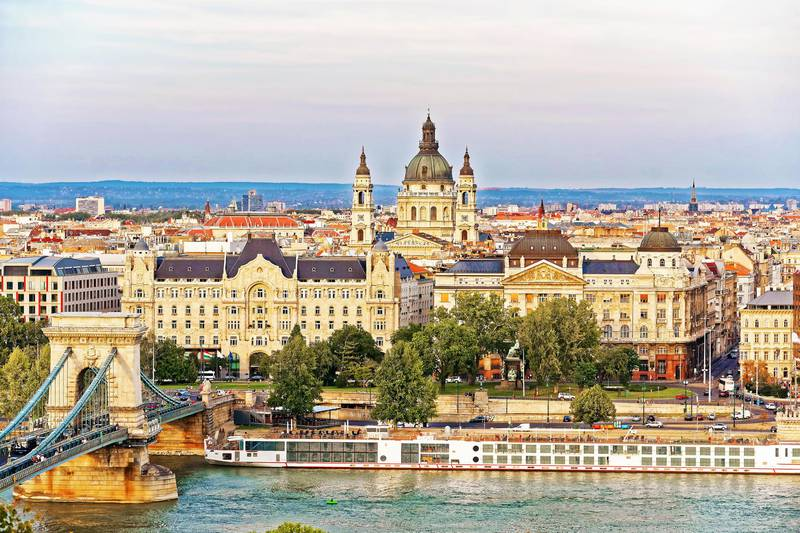 HYYMJ8 Chain Bridge over Danube River and St Stephen Basilica at Pest city center in Budapest, Hungary (Roman Babakin / Alamy Stock Photo) *** Local Caption ***  wk28ap-tr-mkop-pest.jpg