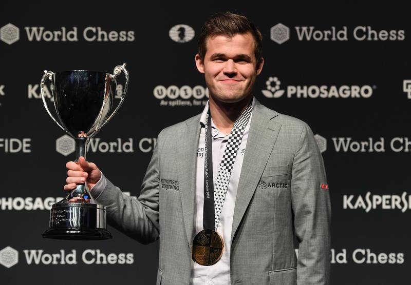 epa07195973 Norway's World Chess Champion Magnus Carlsen poses with the thropy after winning the World Chess Championships 2018 against US challenger Fabiano Caruana (not seen)  in London, Britain, 28 November 2018.  EPA/FACUNDO ARRIZABALAGA