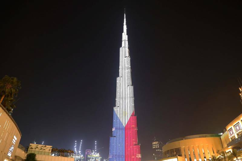 DUBAI ,  UNITED ARAB EMIRATES , JUNE 12 – 2019 :- People gathered to see Burj Khalifa which will be displaying a projection of the Philippines flag for the first time ever in commemoration of Philippines National Day at Dubai Mall in Dubai. ( Pawan Singh / The National ) For News