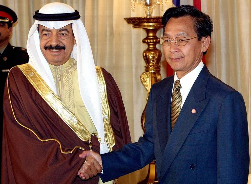 Thai Prime Minister Chuan Leekpai (R) shake hands with Bahrain Prime Minister Sheikh Khalifa bin Salman al-khalifa at the Government house in Bangkok 01 February 2001. Sheikh Khalifa is on two-day official visit to Thailand to discuss cooperation between the two countries.  AFP POOL PHOTO/Pornchai KITTIWONGSAKUL (Photo by PORNCHAI KITTIWONGSAKUL / POOL / AFP)