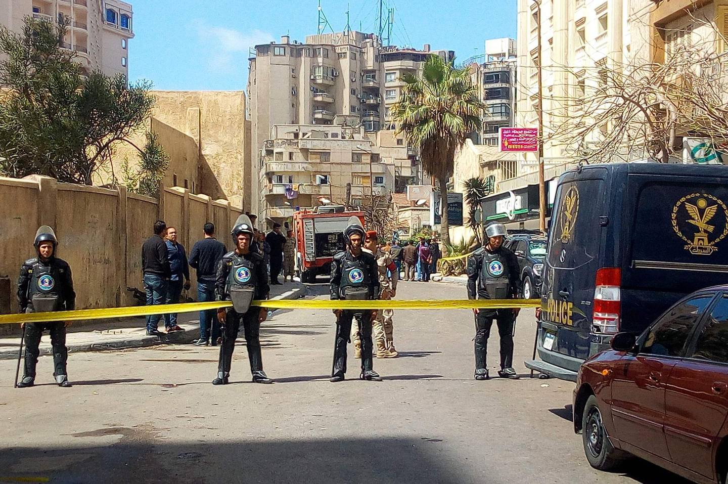 A general view shows Egyptian riot police cordoning off the street at the site of a bomb attack  in the northern port city of Alexandria, which hit a convoy of the city's security chief, on March 24, 2018. / AFP PHOTO / STRINGER