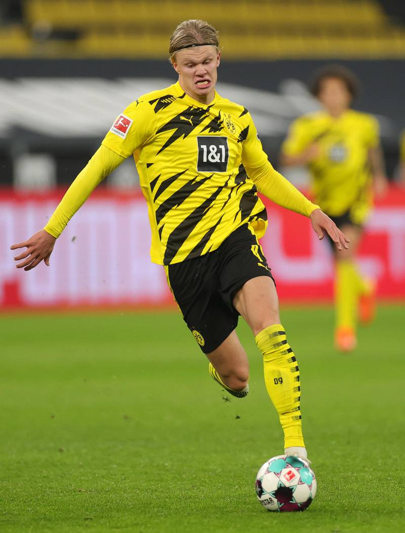 DORTMUND, GERMANY - NOVEMBER 07: Erling Haaland of Dortmund controls the ball  during the Bundesliga match between Borussia Dortmund and FC Bayern Muenchen at Signal Iduna Park on November 07, 2020 in Dortmund, Germany. Sporting stadiums around Germany remain under strict restrictions due to the Coronavirus Pandemic as Government social distancing laws prohibit fans inside venues resulting in games being played behind closed doors. (Photo by Friedemann Vogel - Pool/Getty Images)