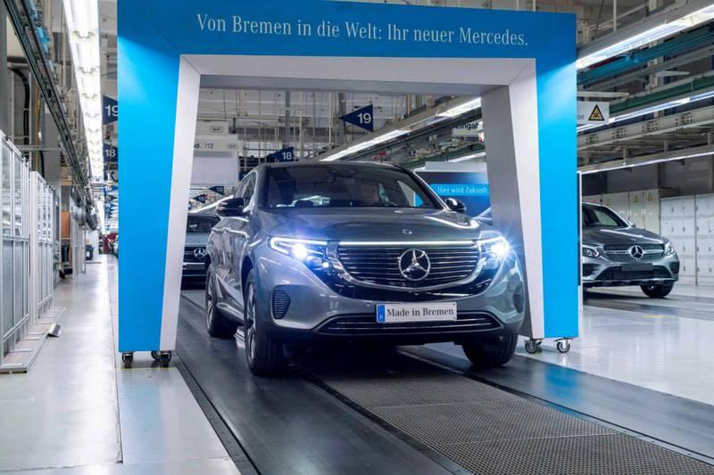Der Mercedes-Benz unter den Elektrofahrzeugen geht an den Start. Der neue Mercedes-Benz EQC (Stromverbrauch kombiniert: 20,8 - 19,7 kWh/100 km; CO2-Emissionen kombiniert: 0 g/km) rollt im Mercedes-Benz Werk Bremen vom Band – und kann ab sofort bestellt werden. The Mercedes-Benz of electric vehicles is ready for launch. The new Mercedes-Benz EQC (combined electrical consumption: 20.8 - 19.7 kWh/100 km; combined CO2 emissions: 0 g/km) is produced at the Mercedes-Benz Bremen plant – and can be ordered now.