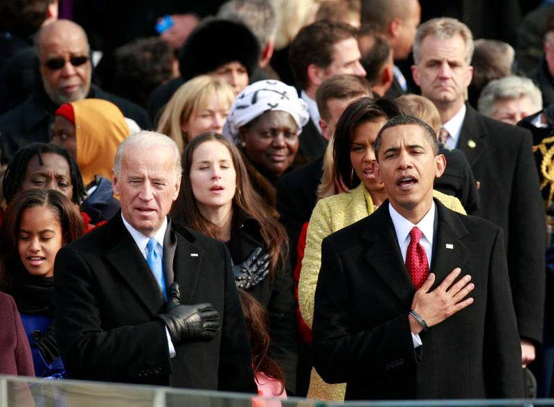 U.S. President Barack Obama (R) and Vice President Joe Biden (L) recite the Pledge of Allegiance during the inauguration ceremony in Washington January 20, 2009.     REUTERS/Jason Reed (UNITED STATES)