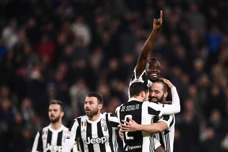 TOPSHOT - Juventus' French midfielder Blaise Matuidi (rear R) celebrates with teammates after scoring a goal during the Italian Serie A football match between Juventus and Atalanta on March 14, 2018 at the Allianz Stadium in Turin. / AFP PHOTO / MARCO BERTORELLO