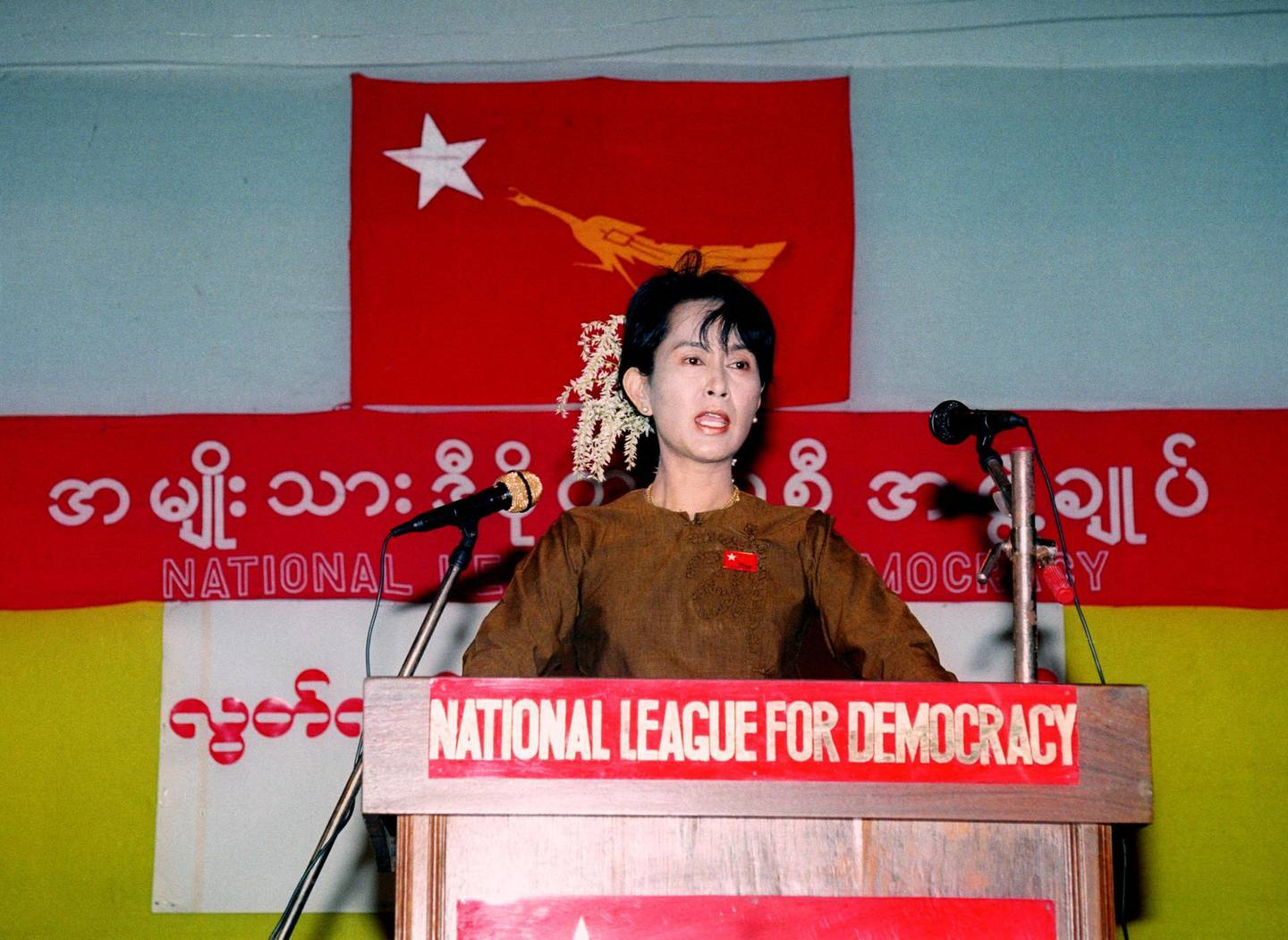 FILE PHOTO: Burmese opposition leader Aung San Suu Kyi makes a speech during the country's 49th Independence Day celebrations in a thatch-roofed meeting hall in the compound of her house in Rangoon on January 4, 1997. REUTERS/Apichart Weerawong/File Photo