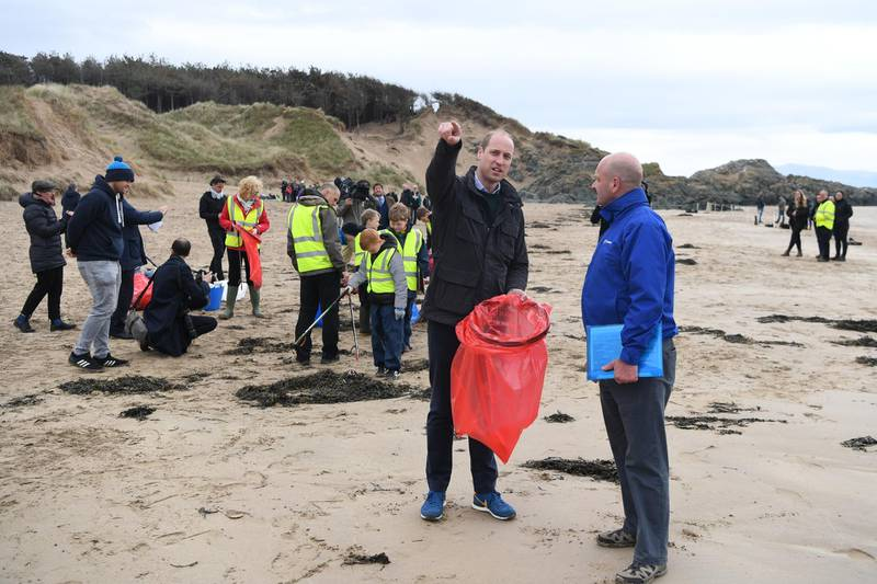 ANGLESEY, WALES - MAY 08: Britain's Prince William, Duke of Cambridge (C) joins primary school pupils in a beach clean-up on Newborough Beach, during a visit to North Wales on May 08, 2019 in Anglesey, United Kingdom. The Duke and Duchess of Cambridge visited North Wales to meet with individuals and organisations in the region to learn more about their efforts to take care of their communities and protect the natural environment.  (Photo by Paul Ellis - WPA Pool /Getty Images)