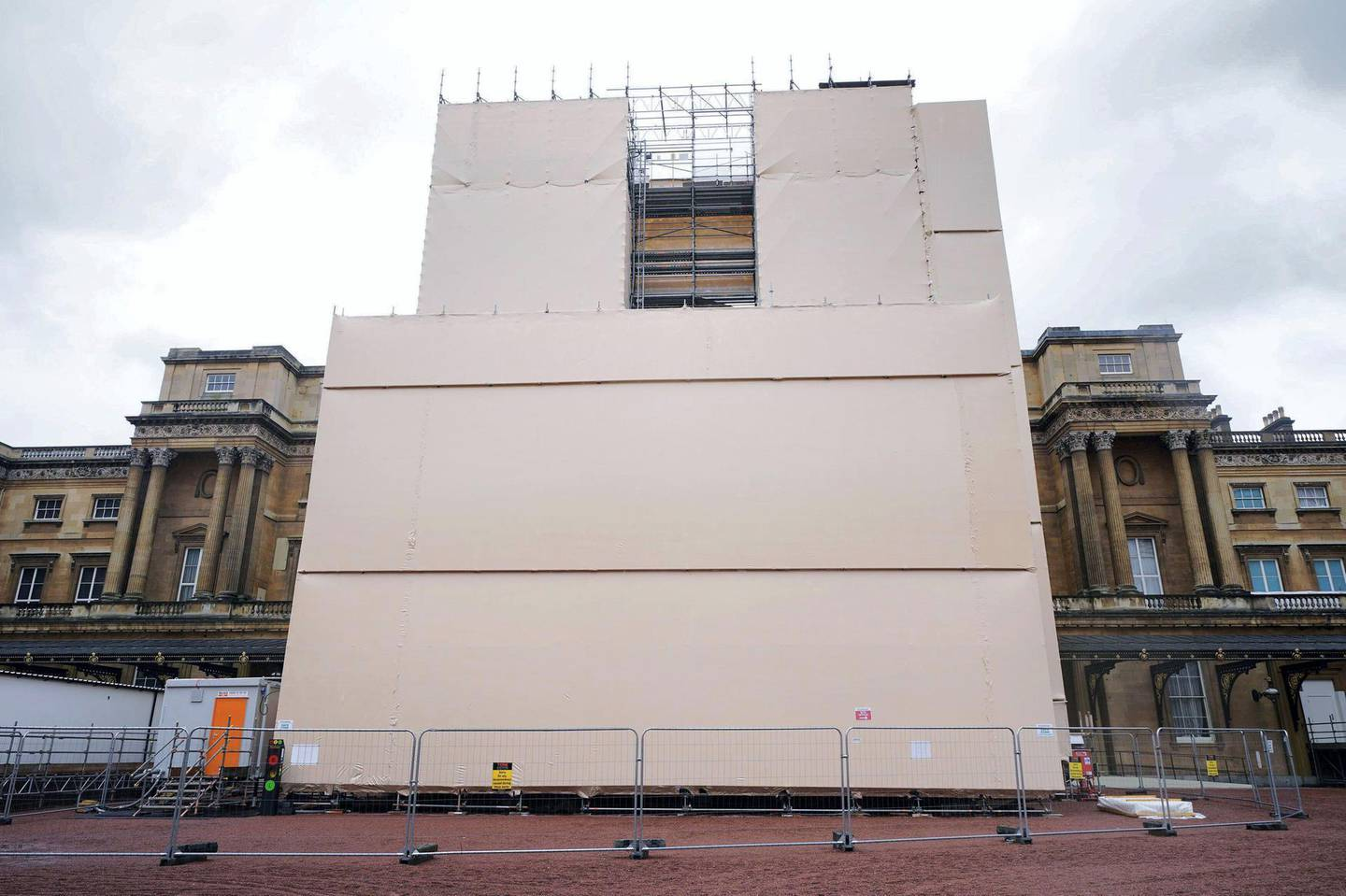 2G4XTKM Building work takes place on the Grand Entrance of Buckingham Palace in London, part of the 10-year refurbishment programme for the royal residence. Picture date: Monday June 21, 2021.