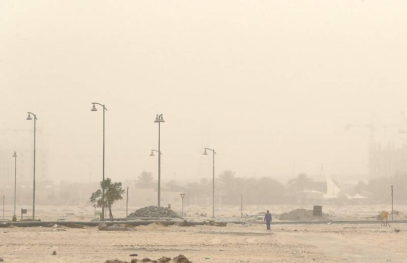 DUBAI , UNITED ARAB EMIRATES , JULY 30 – 2018 :- View of the dusty and hot weather in Al Furjan area in Dubai. ( Pawan Singh / The National )  For News.