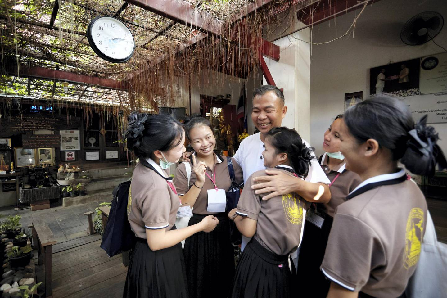 Bangkok-Thailand-CLC (Community Learning Center) Temple of Dawn- The students are comming to inform and say goodbye to Hartanto as they are going for the training at the hospital in the countryside for 3 weeks. Hartanto wishing them all the best. Sasamon Rattanalangkarn for The National