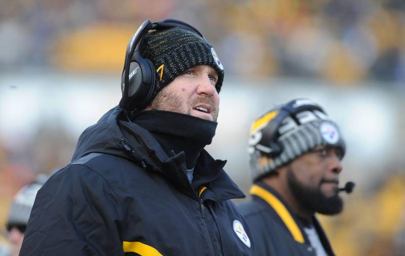 Dec 31, 2017; Pittsburgh, PA, USA; Pittsburgh Steelers head coach Mike Tomlin and quarterback Ben Roethlisberger (7) on the sidelines against the Cleveland Browns at Heinz Field. Mandatory Credit: Philip G. Pavely-USA TODAY Sports