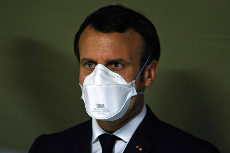 TOPSHOT - French President Emmanuel Macron wears a face mask during the visit of the military field hospital outside the Emile Muller Hospital in Mulhouse, eastern France, on March 25, 2020, on the ninth day of a lockdown aimed at curbing the spread of the COVID-19 (novel coronavirus) in France.  / AFP / POOL / Mathieu CUGNOT