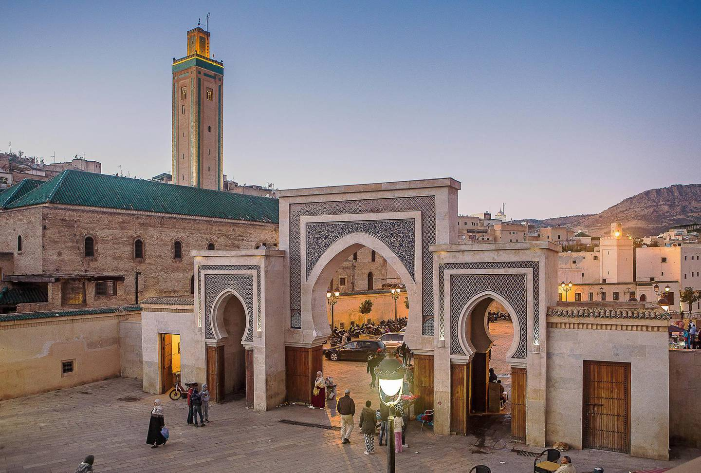 M6E66A Bab R'Cif gate and Mosque R'Cif, in R'Cif Square, gateway to andalusian quarter, medina,Fez, Morocco. Lucas Vallecillos / Alamy Stock Photo