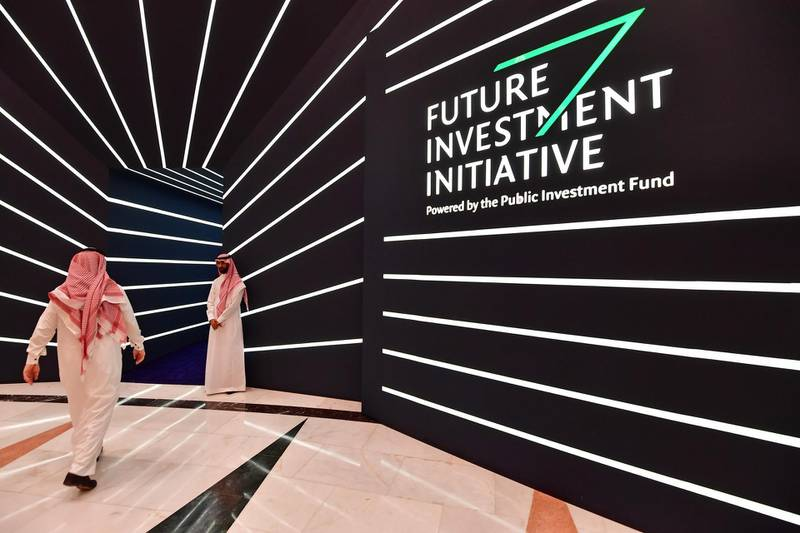 A man arrives to the Future Investment Initiative (FII) conference is taking place in the Saudi capital Riyadh on October 24, 2018.  Saudi Arabia is hosting the key investment summit overshadowed by the killing of critic Jamal Khashoggi that has prompted a wave of policymakers and corporate giants to withdraw. / AFP / GIUSEPPE CACACE