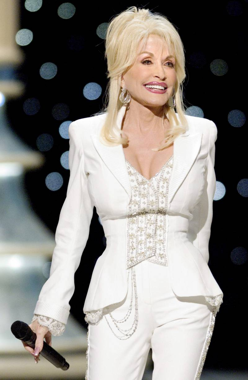 """epa00660796 Dolly Parton performs the Academy Award-nominated song """"Travelin' Thru"""" from the film """"Transamerica"""" during the 78th Academy Awards at the Kodak Theatre in Hollywood, California, on Sunday, 5 March 2006."""