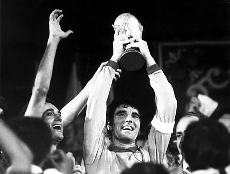 (GERMANY OUT) 1982 FIFA World Cup in Spain Final in Madrid: Italy 3 - 1 Germany - Italy captain Dino Zoff, the goalie, raising the World Cup trophy after the award ceremony - (Photo by Rzepka/ullstein bild via Getty Images)
