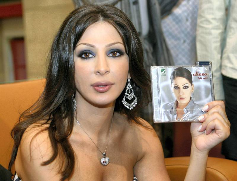 """Lebanese singer Elissa shows her new album """"Ahla Dunia"""" during a launching event in Beirut 30 May 2004.  AFP PHOTO / Anwar AMRO (Photo by ANWAR AMRO / AFP)"""