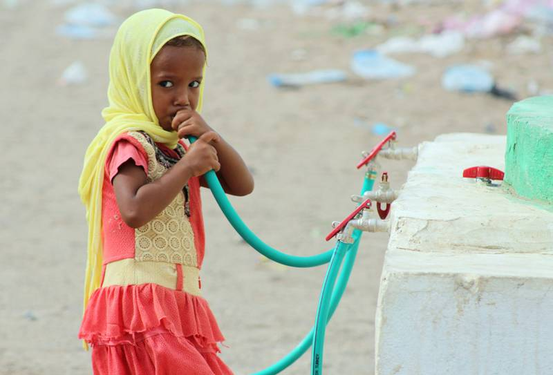 A displaced Yemeni girl drinks water in a camp set up for people who fled the battle areas east of the port city of Hodeida on September 15 2018. Since Riyadh and its allies intervened in Yemen in March 2015, around 10,000 people have been killed in a conflict which has sparked a grave humanitarian crisis. / AFP PHOTO / Saleh Al-OBEIDI
